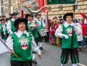 Rosenmontag in Mainz. die Narren lassen auch bei Minusgraden die Messfremden die warme Mainzer Herzlichkeit spüren.